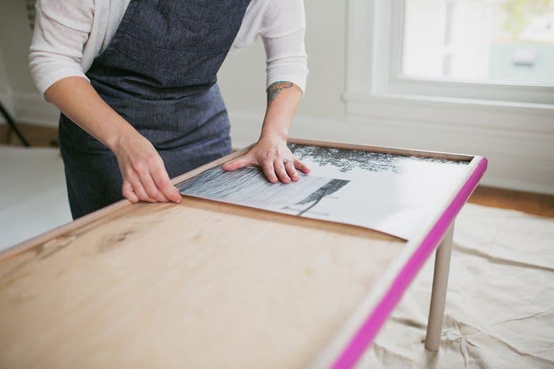 Работа с эпоксидной смолой: подготовка формы для заливки столешницы