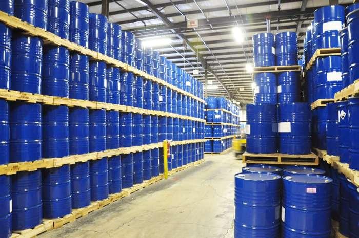 В промышленных условиях эпоксидная смола хранится в металлических барабанах и бочках по 50-200 кг